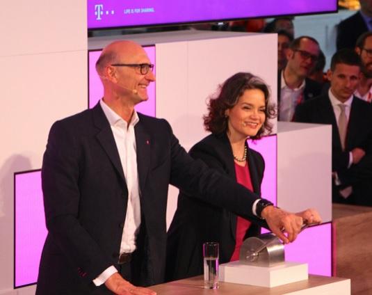Der Telekom-Vorstandsvorsitzende Tim Höttges und Claudia Nemat, Vorstand Europa und Technik, in Barcelona